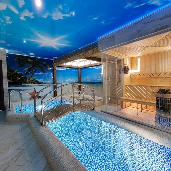 Классический микс мозаики из белых и синих чипов в бассейне «Маринс Парк Отель»