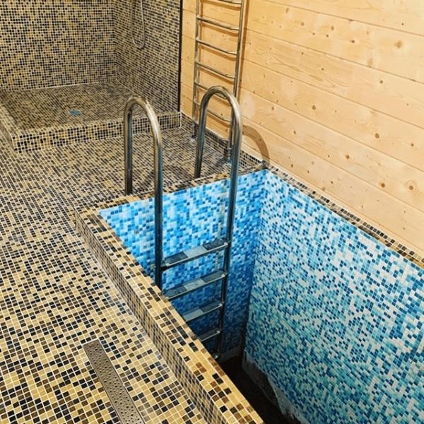 Отделка мозаикой AKB014 душевой в банном комплексе
